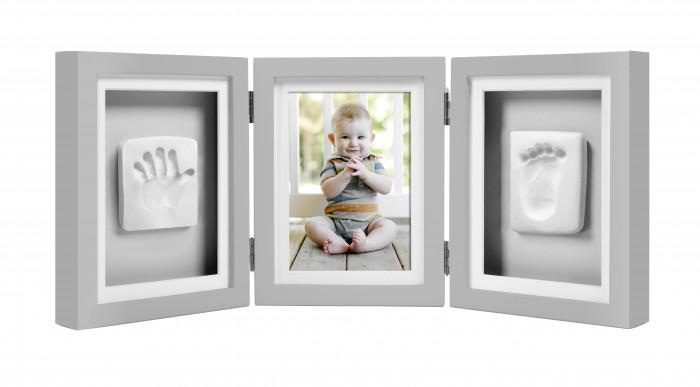 Pearhead Рамочка тройная складнаяРамочка тройная складнаяЗапечатлейте самые памятные моменты своей жизни с помощью элегантной классической настенной рамки. Сделайте слепок ручки или ножки вашего малыша и поместите их в эту рамку или вставьте в нее вашу любимую фотографию. Такая рамка прекрасно впишется в домашний интерьер и долгие годы будет напоминать всей семье о самых значимых моментах Вашего крохи.   Размер рамки (ДхВхШ) 45х19х4 см.  В комплект входит: деревянная рамка; материал для изготовления отпечатков; скалка; двухцветные подложки для размещения отпечатков; линейка; двухсторонняя клейкая лента.  Компания Pearhead создает неповторимые подарочные наборы и товары для детей и домашних питомцев с 1999 года. Оригинальная продукция отличается простотой и функциональностью дизайна, при этом передает невероятную чувственную красоту домашнего декора. Pearhead - это бережное отношение к традициям и уважение к семейным ценностям в сочетании с яркими инновационными идеями.<br>