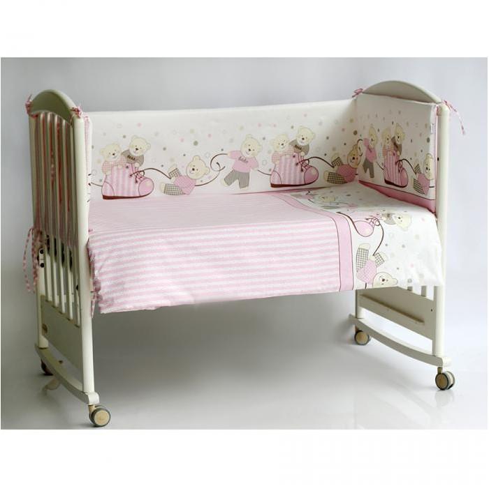 Бортик в кроватку Pituso МишкиБортики в кроватку<br>Бампер для кроватки Pituso Мишки не только придаст кроватке дополнительный уют, но и защитит Вашего малыша от сквозняков.  Материалы и краски постельного белья отвечают всем экологическим нормам и абсолютно безвредны для здоровья ребенка.  Особенности: Бортик в стандартную кроватку 120х60, четыре части 41х120 (2 детали), 41х60 см (2 детали) Сьемный чехол (застежка молния)  Наполнитель: холлкон