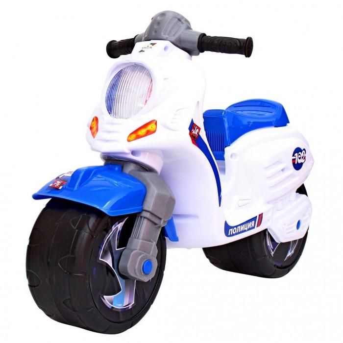 Каталка R-Toys Скутер ПолицияКаталки<br>R-Toys Каталка Скутер Полиция  Новая стильная каталка - мотоцикл на 2 широких устойчивых колесах. Самое главное в этом беговеле - эргономика форм и размеров. Беговел идеально подойдет детям от 18 месяцев. Они будут пользоваться ею и получать удовольствие от удобства. Если малыш никогда не катался на подобном транспорте, каталку Racer RZ 1 он освоит очень быстро.   Он почувствует как удобно и легко управлять этим беговелом, оценит устойчивость мотоцикла, а дизайн покорит его в первого взгляда, потому что эта каталка выполнена в стиле скоростного мотобайка. Устоять невозможно! Все продумано до мелочей. Сиденье выполнено таким образом, что имеет удобную спинку.   Эргономика сиденья - 10 баллов. Каталка очень прочная и надежная. Польза беговела для детей от 18 месяцев неоценима. Это первый транспорт, заменяющий 3-х колесный и 2-х колесный велосипед с боковыми поддерживающими колесами. Это обучающий беговел - велобалансир.   Любой малыш хочет научиться кататься на 2-х колесном велосипеде. Но не у всех это получается сразу - крутить педали и держать равновесие одновременно может не каждый ребенок. Поэтому знатоки особенностей детского организма создают такие беговелы, с помощью которых легче учиться удерживать равновесие и сохранять баланс.   На этой каталке ребенок быстрее и легче сможет понять как балансировать и сохранять равновесие. Он увидит, что ноги могут качаться свободно, но они готовы помешать падению. Ребенок быстро поймет, как управлять своим телом, а это позволит ему мыслить, самостоятельно принимать решения и развиваться. Этот беговел - незаменимый помощник в развитии малыша.   Ребенок развивается физически и укрепляет здоровье, он может ехать в дальние поездки и не уставать, преодолевать препятствия и не бояться упасть. Очень устойчивые, широкие и проходимые колеса легко справятся с любым покрытием дорог.   Дождь, вода и грязь будут быстро и легко скатываться по боковым канавкам колес и колеса всегда будут оставаться 