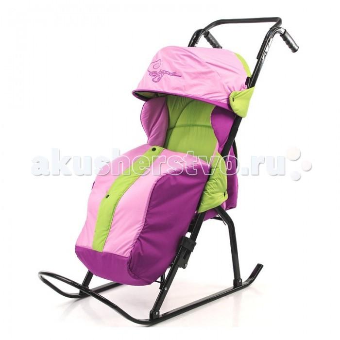 Санки-коляска R-Toys Кенгуру-2Кенгуру-2Удобная ручка позволит Вам комфортно перемещать Вашего ребенка при наличии бордюров, при переходе через дорогу. Самый легкий, складной и прочный вид транспорта для зимы -это санки-коляска на полозьях.  В сложенном виде санки компактны и удобны для хранения и для провоза в общественном транспорте. Их толщина-24см. Каркас выполнен из стального плоскоовального профиля. Складывающаяся подставка для ног. Складной капюшон как у детских колясок. Высокое положение мягкого сиденья, есть ремни безопасности для фиксации малыша, подножка для дополнительного удобства. Очень теплый чехол для ножек, на кнопках посредине. Утепленный чехол с центральным замком и ветрозащитной планкой имеет комфортную, не сковывающую движения форму. Ткань«DEWSPO» - непродуваемый водоотталкивающий материал с пропиткой. Сзади большая вместительная сумка. Использованы яркие светоотражающие ткани для безопасных поездок в темное время суток. В комплекте-большая сумка. Санки-коляска Кенгуру-2 предназначены для перевозки детей от 9 месяцев до 3 лет. Для этого разработано эргономичное комфортное сиденье, обеспечивающее правильное положение ребенка в санках, посадочное место оснащено боковыми ветровиками. К козырьку санок пристегивается ветро-снегозащитная пленка, которая защитит Вашего ребенка в непогоду. Максимальная нагрузка-50 кг.<br>