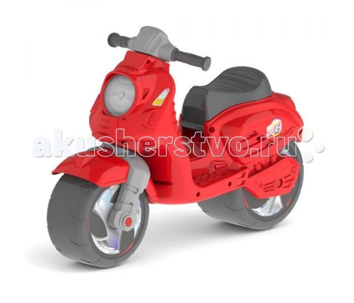 Каталка R-Toys СкутерСкутерКаталка R-Toys Скутер  Многие малыши мечтают обзавестись в будущем настоящим скутером, но пока кроха еще совсем юн, с ролью его первого транспортного средства прекрасно справится яркий беговел, так напоминающий скоростной мотобайк.  Особенности: Эта модель детского беговела привлечет внимание малышей своим стильным дизайном, напоминающим настоящий скоростной скутер из Италии – Vespa. Яркий бирюзовый цвет рамы и декоративные наклейки также делают внешний вид изделия еще привлекательнее. Широкий корпус изделия выполнен из облегченного прочного пластика и имеет уникальную форму, защищающую кроху от брызг и не позволяющую беговелу перевернуться. Специально для юных автолюбителей на корпусе изделия предусмотрены реалистичные фары и имитация двигателя. Управлять беговелом очень легко, ведь крохе достаточно лишь отталкиваться ножками, поддерживать равновесие и направлять руль в нужную строну. Во время поездки малыш комфортно разместит свои ножки на боковых подножках, предусмотренных на раме. Колеса изделия с красивыми дисками имеют рельефную поверхность для повышенной проходимости, а выполнены они из мягкого прорезиненного пластика, благодаря которому езда становится бесшумной. Широкая колесная база с безопасным углом поворота обеспечивает повышенную устойчивость изделия во время езды. Удобное сиденье имеет анатомическую форму с углублением и находится на оптимальном расстоянии от руля. Оно дополнено бортиком в задней части и рельефными выступами на корпусе, поэтому кроха комфортно размещается в нем. А за прорезиненные ручки с объемными узорами и ограничителями ребенку будет очень удобно держаться, причем кисть при этом не будет соскальзывать с них. Беговел станет не только любимым транспортным средством, а также хорошим тренажёром для вестибулярного аппарата ребенка и его координации движений.  Размер - 68х15 от пола до сиденья 34 см, от пола до руля 44 см<br>