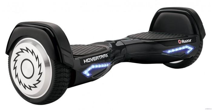 Razor Гироскутер Hovertrax 2.0Гироскутер Hovertrax 2.0Razor Гироскутер Hovertrax 2.0 в движение приводится плавным наклоном платформ для ног, всё зависит от давления ног райдера на платформы. Необычно? Не то слово, Hovertrax необычный. Он работает от электричества, имеет встроенный компьютер, гироскоп, независимое сочленение системы передвижения с двумя платформами и двумя колёсами. Если вам кажется, что это не похоже на велосипеды, самокаты, скейтборды или ролики, на которых вы ранее катались, то вам правильно кажется.  Гироскутер Hovertrax 2.0 не управляется магической силой, он не летает, не плавает и не телепортируется. Нельзя управлять его движением удалённо или силой мысли, здесь нет руля, тормозов или каких-либо внешних стабилизаторов. Тем не менее он может передвигаться вперед и назад, останавливаться и поворачиваться – и всё это выполняется посредством движения ног и угла наклона.  Почему именно гироскутер Razor Hovertrax 2.0? Что выгодно отличает любой продукт Razor от конкурентов? Конечно же качество изготовления, отличные современные характеристики, внешний вид и, конечно же, упаковка. Гироскутер поставляется в яркой подарочной коробке, которую так приятно дарить или получать в подарок.  Продукт имеет яркий узнаваемый дизайн и стиль Razor. Прочный гипоаллергенный пластик, который не имеет запаха, резиновые накладки на платформах, колёса 6,5 дюймов с металлическими дисками, прочная резина на них. Также гироскутер Razor выгодно отличается от конкурентов яркой светодиодной подсветкой, резиновой накладкой на крыльях колёс, которые предотвращают переворачивание и соскальзывание ног, во время исполнения каких-либо трюков.  Вся любовь кроется в мелких деталях: к примеру кнопка включения находится наверху корпуса, а не снизу, как на подавляющем большинстве китайских аналогов. Там же находится индикатор выбранного режима езды (о нём ниже в статье), уровень заряда АКБ. Что касается аккумуляторной батареи, то она съёмная. Это позволяет легко вытащить сам АКБ и, к п