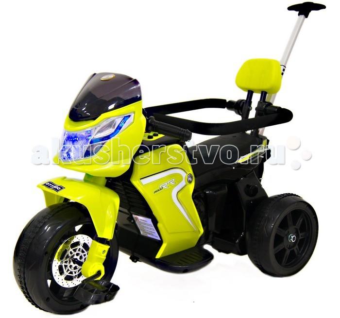 Электромобиль RiverToys Велосипед-электромотоцикл O777OOВелосипед-электромотоцикл O777OOЭлектромобиль RiverToys Велосипед-электромотоцикл O777OO 2 в 1 сразу бросается в глаза своим ярким и выразительным дизайном, обтекаемыми формами и красивой подсветкой передней фары. Это транспортное средство предназначено для малышей, которые еще не могут самостоятельно управлять транспортным средством. Для этих целей предусмотрена высокая родительская ручка и защитный бампер. На первых порах его можно использовать в качестве детского велосипеда, а когда ребенок немного подрастет и освоит навыки управления этим «железным конем», при помощи специального тумблера выполняется переключение в режим электромотоцикла.  Модель O777OO имеет устойчивую конструкцию благодаря трем широким пластиковым колесам с резиновой накладкой. Газ с тормозом объединены в одну педаль. Скорость для движения вперед одна, также как и в обратном направлении.  Особенности: число колес: 3 мощность электродвигателя, Вт: 15 напряжение аккумуляторной батареи, В: 6 емкость аккумуляторной батареи, Ач: 4,5 время зарядки батареи, ч: 8-10 время работы на одном заряде, ч: 2 световые и звуковые эффекты пластиковые колеса с резиновыми накладками сидение: пластиковое родительская выдвижная ручка фиксатор для переключения в режим велосипеда переднее колесо с педалями максимальная скорость движения, км/ч: 2<br>