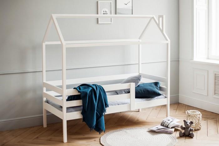Подростковая кровать RooRoom Домик с 1 ограничителем 160х70Кровати для подростков<br>Подростковая кровать RooRoom Домик с 1 ограничителем 160х70. Кровать в виде домика подарит малышу уютное гнёздышко для спокойного сна и весёлых игр. Подарите ребенку собственный дом-кроватку, и он с удовольствием заснёт в новом месте, которое будет более интересным. Ну, кто не мечтал об этом в детстве.Благодаря оригинальному дизайну модель поможет создать в детской комнате особенную атмосферу.  Каркас изготовлен из массива сосны и покрыт безопасной краской. Реечное дно из массива сосны толщиной 10 мм. Данный материал не прогибается под весом ребёнка, обеспечивает достаточную жёсткость поверхности для правильного формирования позвоночника.  Высота до матраса — 30 см. Ширина боковой рейки — 9 см. Толщина боковой рейки — 2 см. Размеры бруска (Д х Ш) — 3,5 х 3,5 см.  Размеры собранной кроватки (ВхШхГ): 160х169х76 см.  Длина бортика: 100 Высота бортика от матраса: 32 Высота бортика от дна кроватки: 38  Матрас, постельные принадлежности в комплект не входят.  При желании отдельно можно приобрести дополнительные аксессуары для кровати: большие выкатные ящики.