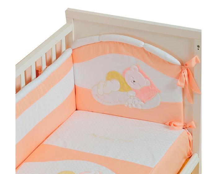 Бампер для кроватки Селена (Сдобина) Мой маленький другМой маленький другЧетыре плоских мягких матрасика образуют бампер Селена Мой маленький друг для детской кроватки, который защит малыша от ударов о жесткие края. Бортики оптимальной высоты крепятся широкими тканевыми полосками, создавая надежные узлы.   Бампер окружит малыша надежными объятиями, создавая ощущение уюта и защищенности. Выполнен из сатина** – натуральной, гипоаллергенной ткани высокого качества. Холлкон*, использованный как наполнитель, имеет равномерно распределенные волокна, скрученные в виде пружинок, обладает низкой теплопроводностью. Он удержит тепло и защитит от холода.  Бампер украшен милыми аппликациями с изображением трогательного спящего мишки. Украшение выполнено из мягкой ткани и практически не ощутимо, оно не доставит дискомфорта ребенку и не нарушит его сон.  Состав:  Бампер  – раздельный - 4 части (360см), съемный чехол - (сатин** — хлопок 100 %; наполнитель – холлкон*).  Съемный чехол – дает возможность стирки и глажки бампера без риска испортить наполнитель, обеспечивая сохранность первоначального вида.  *Холлкон – волокно, используемое в качестве наполнителя изделий для новорожденных. Обеспечивает отличную теплоизоляцию, удерживая постоянную температуру во время сна, не вызывает аллергических реакций, является плохой средой для развития бактерий, можно многократно стирать и сушить.  **Сатин – одно из самых популярных плетений 100% хлопка. Благодаря диагональному переплетению из двойной крученой хлопковой нити, бельё обладает яркостью и сочностью цвета. Сатиновое постельное бельё имеет изысканный внешний вид, является мягкой, нежной, долговечной тканью, выдерживающей большое количество стирок, сохраняя при этом вид продукции экстра - класса.<br>