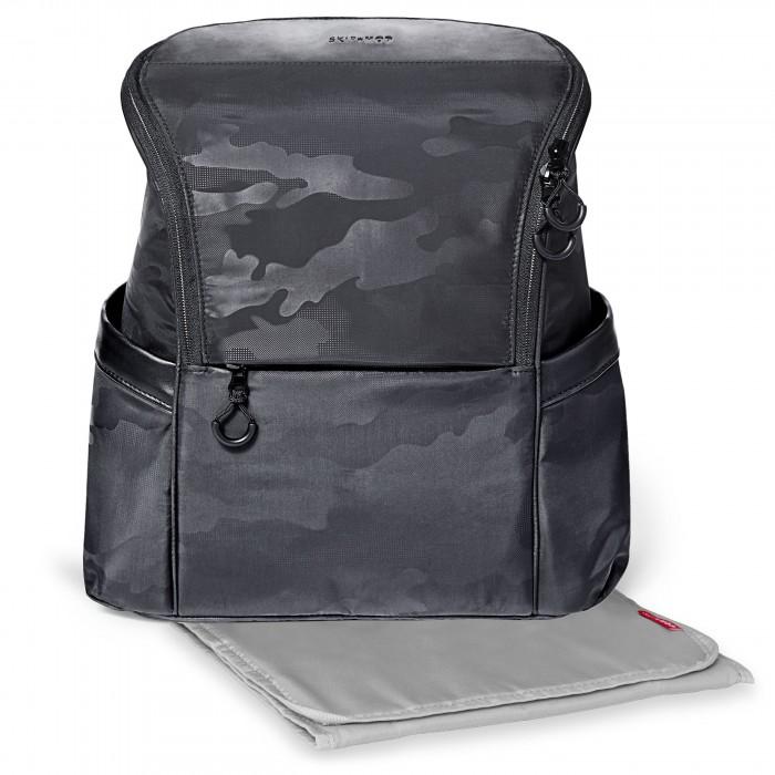 Skip-Hop Рюкзак для папыСумки для мамы<br>Skip-Hop Рюкзак для папы  Широкий, удобный рюкзак для папы. 8 карманов, включая передний на молнии и внутренний сетчатый карман 2 боковых изолированных кармана непачкающийся материал с принтом камуфляж крепления для коляски с пеленальным ковриком в комплекте Размер 35,5х16,5х38 см