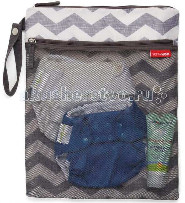 Skip-Hop Водонепроницаемая сумка для мокрых и сухих вещей Wet and Dry BagВодонепроницаемая сумка для мокрых и сухих вещей Wet and Dry BagСумка для мокрых и грязных вещей Skip Hop Wet and Dry Bag - не допускает распространение запахов и влаги от положенных в нее грязных памперсов, одежды, салфеток и т.д.  В сумке есть две удобные секции. Пространство для влажных/грязных и сухих вещей разделены. Удобный ремешок позволяет легко прикрепить сумку к коляске или внутри машины.  Сумка для мокрых и грязных вещей Skip Hop Wet and Dry Bag (Grab & Go Wet/Dry Bag) - это: Большой карман на молнии для мокрых предметов или грязных пеленок Сетчатый карман на молнии для сухих, чистых элементов Водонепроницаемая PEVA подкладка Крепкий ремешок отстегивается, позволяя прикрепить к коляске или на руку Машинная стирка BPA-free, PVC-free, Phthalate-free  Размер (см): 30 x 38<br>