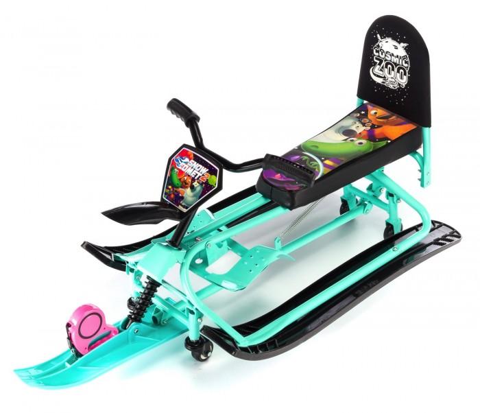 """Снегокат Small Rider Snow Comet 2 с колесамиSnow Comet 2 с колесамиСнегокат с колесами Small Rider Snow Comet 2 может переключаться с лыж на колеса и потом обратно на лыжи. Для переключений не требуется инструмента.   Переключение в режим колеса осуществляется с помощью нажатия вниз на педаль, расположенную сзади снегоката, а для возврата снегоката в режим лыжи нужно  нажать на два паза и потянуть педаль вверх.   Все просто - переключение занимает всего несколько секунд и не требует инструмента!   Вездеход  Теперь участки без снега для Вас не проблема! Уже не нужно спускать ребенка со снегоката и нести снегокат в одной руке, а другой рукой вести ребенка. Со снегокатом Сноу-комет у Вас нет ограничений. Быстро переключайтесь в режим """"колеса"""" и продолжайте путь. Когда достигнете горки или снежной поверхности - снова переключайтесь в режим """"лыжи"""".   После владения данным снегокатом Вы поймете насколько это удобно, и что другие снегокаты значительно уступают в удобстве.   Комфортная посадка  Снегокат Сноу Комет имеет длинное, мягкое и широкое сиденье с интересным рисунком """"Космический зоопарк"""". На нем могут поместиться двое детей, однако с точки зрения предосторожности, мы рекомендуем кататься одному ребенку, особенно с высоких горок. Завершает портрет сиденья большая и удобная спинка, которая поддержит спину малыша и сделает поездку более комфортной.   Не рекомендуется опираться на нее во время спуска - только когда ребенка везут на снегокате по пологой поверхности.   Особенности:  Уникальные особенности - трансформер, переключается с лыж на колеса  Декоративные элементы - табличка Snow Comet, брызговичок  Спинка - большая, со съемным чехлом  Сиденье - мягкое, длинное и широкое, с рисунком  Тормоз - большой двойной ножной тормоз Размер сиденья - 45 x 16 cм Тип руля - велоруль  Колеса - 4 шт, передние вращаются на 360 градусов  Рукоятки - резиновые, эргономичные  Рекомендуемый возраст - от 3 до 7 лет  Максимальная нагрузка - 50 кг  Расстояние от пола до сиденья (на колес"""