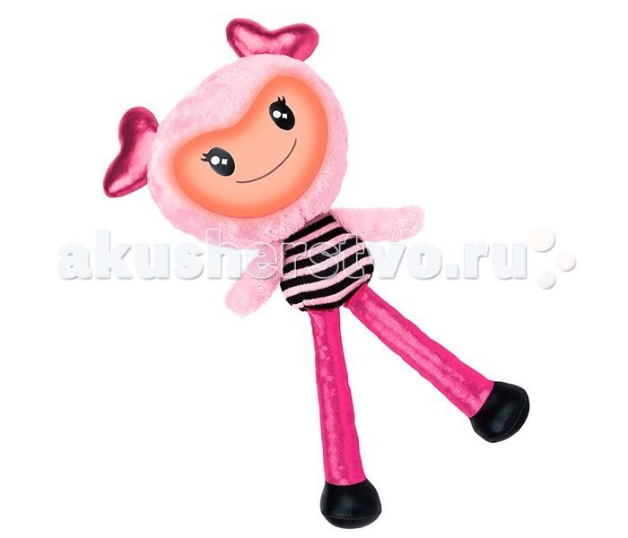 Интерактивная игрушка Spin Master Кукла BrightlingsКукла BrightlingsSpin Master Интерактивная музыкальная Кукла Brightlings  Она игрива, весела и дружелюбна, мила и вежлива, современна, изысканна, модна!  Кукла Брайтлингс имеет несколько режимов работы: Игра Повторение Музыка.  В режиме игры кукла произносит разнообразные фразы, если нажать ей на живот или ухо. Brightlings знает более 150 фраз! Произносит она их реагируя на внешние воздействия. Например, если ее перевернуть вверх тормашками, она закричит, что у нее кружится голова, если начать трясти ее, выразит протест, попросив не делать этого. Если качать куклу на руках, она скажет, что это мило. Игрушка также может признаваться в любви, здороваться и многое другое. Во время речи у нее светится лицо, причем цвета подсветки указывают на настроение Brightlings. А если куклу наклонять из стороны в сторону, будет меняться тембр ее голоса! В режиме повторения кукла воспроизводит любые записанные звуки. Сказанные людьми слова, песенки или звуки Брайтлингс повторит своим смешным тоненьким голоском! В режиме музыки кукла проигрывает различные стили музыки: оперу, поп, рок-н-ролл, джаз, йодль, битбокс. Самое интересное в этом режиме то, что если игрушку в это время наклонять из стороны в сторону, музыка будет немного меняться - так можно создавать новые мелодии на основе записанных. Кукла Brightlings подарит своим хозяевам время, наполненное веселой игрой, заразительным весельем и творчеством! Вливайтесь в интерактивную игру через звуки и музыку, общайтесь с Brightlings и дурачьтесь вместе!<br>