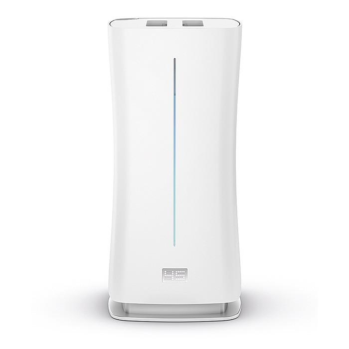 Stadler Form Увлажнитель воздуха EvaУвлажнитель воздуха EvaStadler Form Увлажнитель воздуха Eva умеет увлажнять воздух как холодным, так и теплым паром. Во втором случае предварительный нагрев воды повышает интенсивность увлажнения воздуха и дезинфицирует воду.  Мощный поток безопасного пара, создаваемого ультразвуковой мембраной, выходит на высоту до 1,4 м. Это  обеспечивает наиболее эффективное рассеивание пара. За счет высокого мощного  потока пара воздух насыщается влагой равномерно, что позволяет избежать частой проблемы менее мощных приборов – образованию конденсата и даже луж. Однако особенностью увлажнителя воздуха Eva является не только высокая мощность, но и умение точно ей управлять.   Компания Stadler Form первая внедрила эту новейшую технологию. Она позволяет увлажнителю самостоятельно регулировать интенсивность работы, мягко и эффективно достигая нужного уровня влажности и поддерживая его (в автоматическом режиме).  Если прибор используется не в автоматическом режиме, вы можете самостоятельно выбрать один из пяти уровней интенсивности увлажнения и уровень влажности – от 30% до 75%, с шагом 5%. В ночном режиме прибор работает практически бесшумно, чтобы обеспечить вам комфортный сон.  Дистанционный датчик также обеспечивает точное и равномерное увлажнение. В обычных увлажнителях со встроенным гигрометром уровень влажности измеряется в эпицентре увлажнения. Это дает априори неточные данные относительно реального уровня влажности в помещении. Если в семье не принято собираться вечерами вокруг увлажнителя, словно у костра, то все будут дышать по-прежнему суховатым воздухом (увлажнитель будет «думать», что поддерживает 45%, но это только рядом с ним).  Особенности: Режим Адаптивное увлажнение Режим Теплый пар Режим Холодный пар Встроенный ароматизатор Автоматическое отключение Режим чистки от накипи Ночной режим Пульт управление  Выносной датчик замера влажности воздуха (в пульте управления) Ionic Silver Cube ISC™ (против бактерий) Картридж Anticalc  (проти