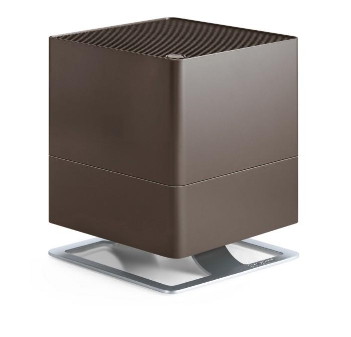 Stadler Form Увлажнитель воздуха OskarУвлажнитель воздуха OskarStadler Form Увлажнитель воздуха Oskar – естественное увлажнение, которое осуществляется испарением влаги с поверхности антибактериальных фильтров. Это позволяет, во первых, не допустить образования белого налета, которым сопровождается работа ультразвукового увлажнителя. Во вторых, наличие таких фильтров предотвращает развитие бактерий в резервуаре с водой и, соответственно, их дальнейшее попадание во вдыхаемый воздух.  Долив воды можно осуществлять во время работы прибора, а контроль ее уровня осуществлять через специальное смотровое отверстие. Помимо этого, для удобства обслуживания, Oskar оснащен таймером, который вовремя напомнит о необходимости сменить фильтр. Теперь у вас будет на одну заботу меньше.  Невысокий уровень шума, особенно в ночном режиме, делает работу прибора почти незаметной. В ночном режиме также приглушается подсветка, что позволяет эффективно использовать прибор и во время сна.  Ну и для полноты технологического совершенства, Oskar, помимо основной функции увлажнения, параллельно способен и ароматизировать воздух. Для этого нужно лишь определиться с подходящим ароматом, и добавить несколько капель аромамасла в предусмотренный для этого специальный диспенсер.  Особенности: Подходит для помещений около 50\125 м &#179; Бактерицидный картридж Silver Cube Новые текстильные фильтры из экологичного материриала с антибактериальной пропиткой Автоматическое отключение при окончании воды Индикатор замены фильтров Ночной режим Емкость для ароматизатора Мощность: 6 - 18 Вт Емкость резервуара: 3,5 литра Расход воды: 370 мл/час Уровень шума: 26 - 39 Дб.<br>
