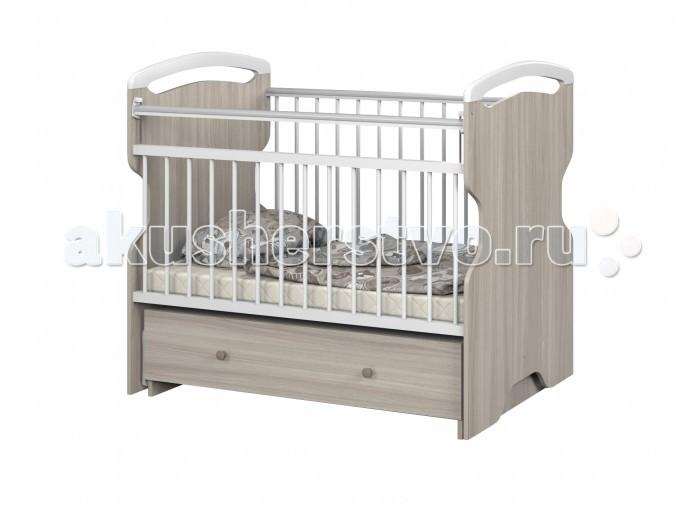 Детская кроватка Sweet Baby Ofelia BiancoOfelia BiancoSweet Baby Кроватка Ofelia Bianco уютная и комфортная кроватка для малыша с поперечным маятниковым механизмом качания. Передняя стенка съемная и в дальнейшем, когда ребенок подрастет, ее можно снять и кроватка превратится в диванчик.  Кроватка изготовлена из массива березы и ЛДСП, покрыта высококачественными импортными экологически чистыми красками, она полностью безопасна для здоровья ребенка.  Поперечный маятник удобен для укачивания и вам не придется часами убаюкивать ребенка на руках. При необходимости маятник можно надежно зафиксировать с любой стороны. Регулируемая перекладина упрощает укладывание ребёночка в кроватку, для удобства она опускается и поднимается.  Так же кроватка оснащена удобным глубоким ящиком, теперь пеленки, игрушки, памперсы и одежда всегда будут под рукой. Благодаря шариковым направляющим ящик выдвигается плавно и бесшумно, а верхняя крышка закрывает его содержимое, и вещи не будут пылиться.  Еще одна полезная деталь у кроватки - это ПВХ-накладкина верхних бортиках перекладины. Когда у ребенка начнут резаться зубки, они не дадут обгрызть древесину и краску, защитят рот малыша от заноз, так же сохранят внешний вид кроватки.<br>