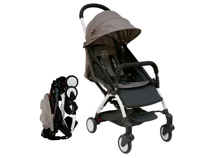 Прогулочная коляска Sweet Baby Mamma MiaMamma MiaПрогулочная коляска Happy Baby Mamma Mia подарит малышу комфорт и радость прогулок, а родителям — удобство передвижения.   Особенности: Материал рамы Алюминий Легкий вес (5,8 кг) Тормоз задних колес одним касанием 360 градусов поворотные передние колеса с подвеской Позиция спинки многоступенчатая, максимально 165 градусов Имеется подножка Капюшон из ткани Оксфорд. Маленькое окошко для мамы на капюшоне, чтобы следить за ребенком. Матрасик мягкий из трикотажной ткани. Корзина Регулируемая подножка размер спального места: 83х35 см Передний бампер для обеспечения безопасности ребенка. Съемный. 5ти точечный ремень безопасности Ремень плечевой для взрослого позволяет носить коляску на плече когда она сложена. Помещается в багажный отсек самолета.  Комплектация: москитная сетка, съемный бампер, сумочка для коляски.<br>