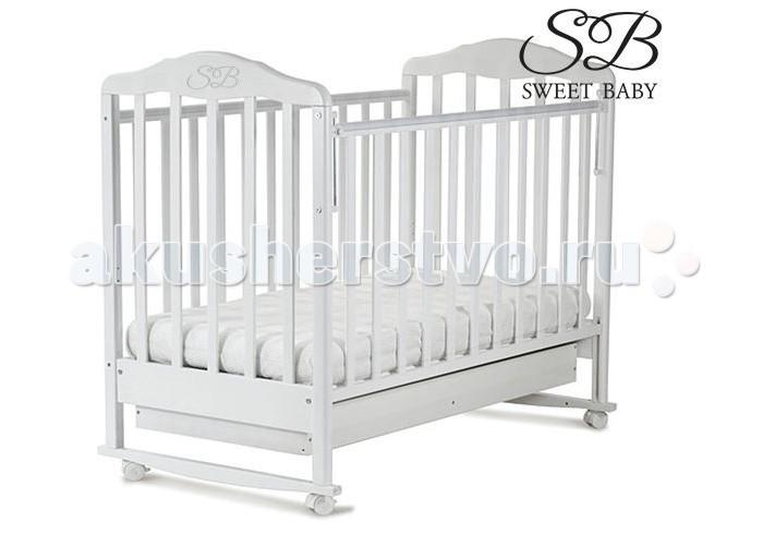 Детская кроватка Sweet Baby Paolo качалкаPaolo качалкаДетская кроватка Sweet Baby Paolo качалка сочетает в себе изысканный дизайн и надежность. Кроватка изготовлена из натуральной древесины бука, являющимся одним из лучших и безопасных материалов детской мебели. Для окраски кроватки применяются лаки, не содержащие вредные для здоровья ребенка вещества.  Особенности: На бортиках кроватки есть специальные накладки ПВХ, их основной функцией является защита вашего ребенка во время прорезания зубов; Детская кроватка дополнена механизмом Кнопка при помощи которого вы с легкостью опустите боковую спинку кроватки; Двухуровневое ложе кроватки поможет выбрать оптимальную высоту основания; Расстояние между рейками не дает возможность ребенку застрять между ними в раннем возрасте<br>