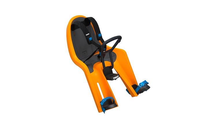 Thule Детское велокресло RideAlong MiniДетское велокресло RideAlong MiniThule RideAlong Mini позволяет вашему ребенку взглянуть на мир по-новому! Это переднее сидение для ребенка с интуитивно-понятной конструкцией обеспечит вам и вашему ребенку безопасные и приятные поездки.  Особенности Мягкие ремни безопасности с надежным регулируемым 5-точечным креплением обеспечивают максимальный комфорт и безопасность для ребенка. Регулируемые одной рукой ремни и опоры для ног просты в использовании и регулируются по мере роста ребенка. Универсальная быстросъемная опора, которая подходит для нерегулируемого и регулируемого выноса руля, позволяет закреплять/снимать сиденье на вашем велосипеде за считанные секунды. Встроенный в универсальную быстросъемную опору индикатор безопасности гарантирует правильную установку сидения. Оснащенный защитой от детей ремень с большими кнопками быстро фиксирует ребенка. Во время езды ваш ребенок может держаться руками за мягкую поверхность руля. Съемная водонепроницаемая прокладка подходит для машинной стирки; прокладка двусторонняя, две стороны оформлены разным цветом. Запирается при помощи системы Thule One Key System, использующей один ключ (замок включен в комплект поставки). Разработано и протестировано для детей от 9 месяцев до 3 лет, весом до 15 кг.  Соответствует строгим стандартам безопасности (DIN EN 14344); одобрено T&#220;V.  Грузоподъемность - 15 кг Вес - 2.7 кг<br>