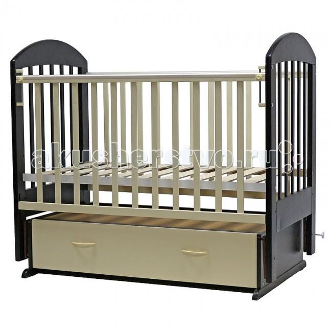 Детская кроватка Топотушки Дарина-6 (поперечный маятник)Дарина-6 (поперечный маятник)Удобная и функциональная детская кроватка «Дарина-6» предназначена для новорожденных детей и используется до 4-5 лет. Изготовлена на современном оборудовании по итальянской технологии из натурального экологически чистого массива березы, что обеспечивает прочность и долговечность. Высокое качество отделки, сохраняющее природный рисунок дерева. Для окраски применяются лаки, не содержащие вредных для здоровья ребенка веществ.  Эта модель оснащена маятниковым механизмом поперечного качания (эффект колыбельки). Маятник надежно фиксируется в заданном положении для дневного бодрствования или малышей постарше.  Функциональный объемный выдвижной ящик в нижней части кроватки позволит удобно разместить и хранить детские вещи, постельные принадлежности, памперсы, игрушки и другие предметы обихода, не занимая дополнительного места.   Ложе кроватки – реечное, соответствует требованиям безопасности и комфортно для детского позвоночника. В сочетании с матрасом дает возможность правильно сформировать спинку ребенка. Ложе имеет 3 положения высоты, Вы можете менять глубину кроватки в зависимости от возраста малыша, гарантируя его безопасное нахождение в ней: верхнее положение - для младенцев, среднее для деток которые уже начинают самостоятельно переворачиваться, и нижнее для малышей которые уже садятся и самостоятельно встают на ножки.  Боковая стенка опускается при помощи автокнопки, а когда кроха подрастет и научится самостоятельно вылезать из кроватки боковой бортик можно снять, таким образом, кроватка трансформируется в уютный диванчик.  Расстояния между прутьями кроватки рассчитаны так, чтобы не пролезла голова любопытного крохи и не застряла ручка – это обеспечивает малышу максимальную безопасность во время сна и бодрствования!  Верхние перекладины боковых бортиков защищены силиконовыми накладками (грызунки) для защиты кроватки от острых зубок малыша.   Особенности:  • Кровать изготовлена из на