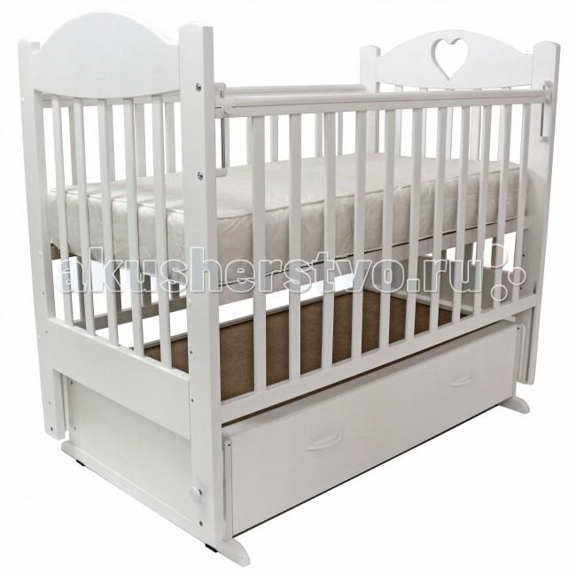 Детская кроватка Топотушки Ева-6 с сердечком (поперечный маятник)Ева-6 с сердечком (поперечный маятник)Удобная и функциональная детская кроватка «Ева-6» с сердечком предназначена для новорожденных детей и используется до 4-5 лет. Изготовлена на современном оборудовании по итальянской технологии из натурального экологически чистого массива березы, что обеспечивает прочность и долговечность. Высокое качество отделки, сохраняющее природный рисунок дерева. Для окраски применяются лаки, не содержащие вредных для здоровья ребенка веществ. Украшают кроватку спинки оригинальной формы.  Эта модель оснащена маятниковым механизмом поперечного качания (эффект колыбельки). Маятник надежно фиксируется в заданном положении для дневного бодрствования или малышей постарше.  Функциональный объемный выдвижной ящик в нижней части кроватки позволит удобно разместить и хранить детские вещи, постельные принадлежности, памперсы, игрушки и другие предметы обихода, не занимая дополнительного места.   Ложе кроватки – реечное, соответствует требованиям безопасности и комфортно для детского позвоночника. В сочетании с матрасом дает возможность правильно сформировать спинку ребенка. Ложе имеет 3 положения высоты, Вы можете менять глубину кроватки в зависимости от возраста малыша, гарантируя его безопасное нахождение в ней: верхнее положение - для младенцев, среднее для деток которые уже начинают самостоятельно переворачиваться, и нижнее для малышей которые уже садятся и самостоятельно встают на ножки.  Боковая стенка опускается при помощи автокнопки, а когда кроха подрастет и научится самостоятельно вылезать из кроватки боковой бортик можно снять, таким образом, кроватка трансформируется в уютный диванчик.  Расстояния между прутьями кроватки рассчитаны так, чтобы не пролезла голова любопытного крохи и не застряла ручка – это обеспечивает малышу максимальную безопасность во время сна и бодрствования!  Верхние перекладины боковых бортиков защищены силиконовыми накладками (грызунки) для защиты кров