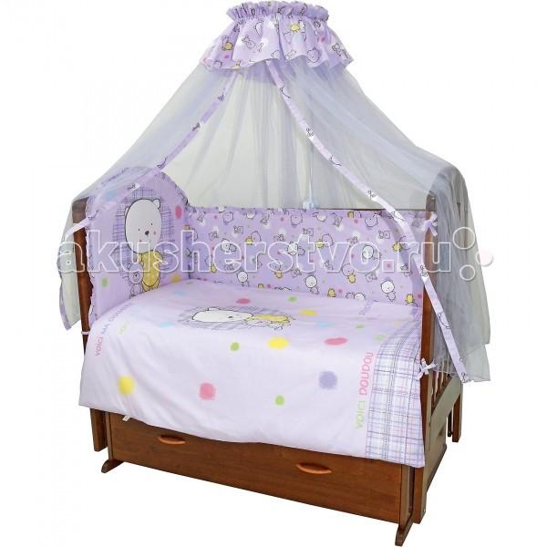 Комплект в кроватку Топотушки Мой Медвежонок (7 предметов)Мой Медвежонок (7 предметов)Комплект для кроватки Топотушки Мой Медвежонок (7 предметов) включает все необходимые элементы для детской кроватки.  Особенности: Комплект создает для Вашего ребенка уют, комфорт и безопасную среду с рождения; современный дизайн и цветовые сочетания помогают ребенку адаптироваться в новом для него мире.  Комплекты «Топотушки» хорошо вписываются в интерьер как детской комнаты, так и спальни родителей. Как и все изделия «Топотушки» данный комплект отражает самые последние технологии, является безопасным для малыша и экологичным.  Российское происхождение комплекта гарантирует стабильно высокое качество, соответствие актуальным пожеланиям потребителей, конкурентоспособную цену. Качество материала обеспечивает легкость стирки и долговечность. Двухсторонний пододеяльник и борт, имеют разные картинки с одной и с другой стороны. Для смены цветовой гаммы переверните пододеяльник и борт на другую сторону. Мягкий борт защитит малыша от сквозняков и убережет от возможных ударов о бортики кроватки. Борт по всему периметру кроватки состоит из 4-х частей, высота по периметру 40 см., изголовье 50 см. Балдахин длиной 4.5 метра создает для Вашего малыша индивидуальную зону комфорта: ограничивает проникновение яркого света, задерживает шум, препятствует сквознякам. В детской балдахин в свою очередь служит украшением интерьера. Одеяло абсолютно гипоаллергенно, воздушное и легкое, имеет хорошую теплоустойчивость. Легко стирается и не теряет свой объем. Наполнитель – холлофайбер (экологически чистый материал). Подушка абсолютна гипоаллергенна, её высота оптимальная для головы новорожденного малыша согласно современным исследованиям.  Простынь на резинке обеспечивает идеальную посадку на матрас, не позволит лишним складкам и заломам создать для ребенка дискомфорт Все постельные принадлежности в комплекте изготовлены из 100% натурального хлопка, безопасны и гипоаллергенны. Комплект упакован в подарочную