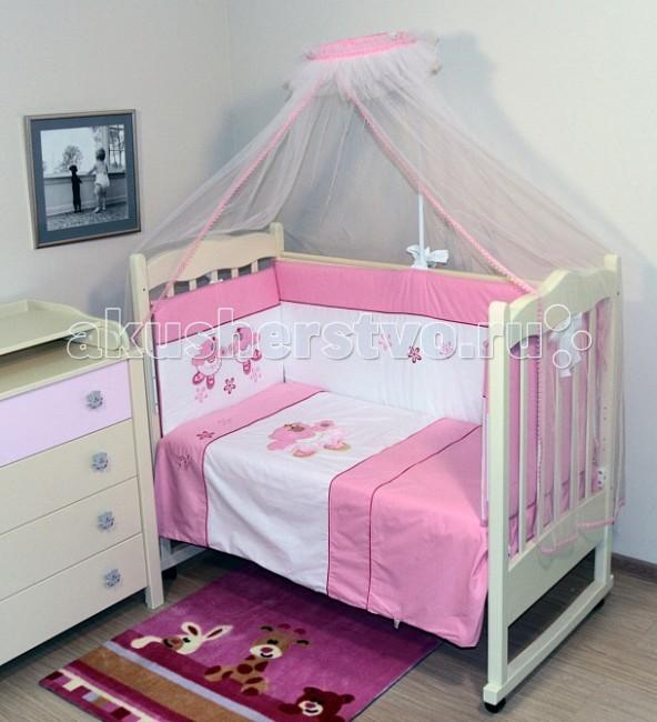 Комплект в кроватку Топотушки Софи (6 предметов)Софи (6 предметов)Комплект для кроватки Топотушки Софи (6 предметов) создаст уют и комфорт в кроватке малышки, обеспечит ей крепкий и здоровый сон.   Комплект украшен нарядной объёмной вышивкой - медвежатами . Когда малышка подрастёт, она сможет сама потрогать пальчиками персонажей, которые оберегали её сон с самых первых дней жизни.   Особенности: Оригинальный дизайн комплекта. Цветовые и дизайнерские решения – плоды совместных трудов европейских дизайнеров и российских технологов - делают внешний вид комплекта роскошным и незабываемым.  Качество материала обеспечивает легкость стирки и долговечность.  Мягкий борт защитит малыша от сквозняков и убережет от возможных ударов о бортики кроватки. Борт по всему периметру кроватки состоит из 4 частей, высота по периметру 40 см.  Наполнитель борта – холлофайбер.  Одеяло абсолютно гипоаллергенно, воздушное и легкое, имеет хорошую теплоустойчивость. Легко стирается и не теряет свой объем. Наполнитель – холлофайбер (экологически чистый материал).  Подушка абсолютна гипоаллергенна, её высота оптимальная для головы новорожденного малыша согласно современным исследованиям.  Простынь на резинке обеспечивает идеальную посадку на матрас, не позволит лишним складкам и заломам создать для ребенка дискомфорт.  Все постельные принадлежности в комплекте изготовлены из 100% натурального хлопка, безопасны и гипоаллергенны.  Комплект упакован в подарочную упаковку – чемодан с ручками из прозрачного материала.   В комплекте: Охранный бампер 360х50 см. (из 4-х частей, наполнитель – холлофайбер)  Подушка 40х60 см. (наполнитель – холлофайбер) Одеяло 140х110 см. (наполнитель – холлофайбер) Наволочка 40х60 см. Пододеяльник 147х112 см. Простынь на резинке 120х60 см.<br>