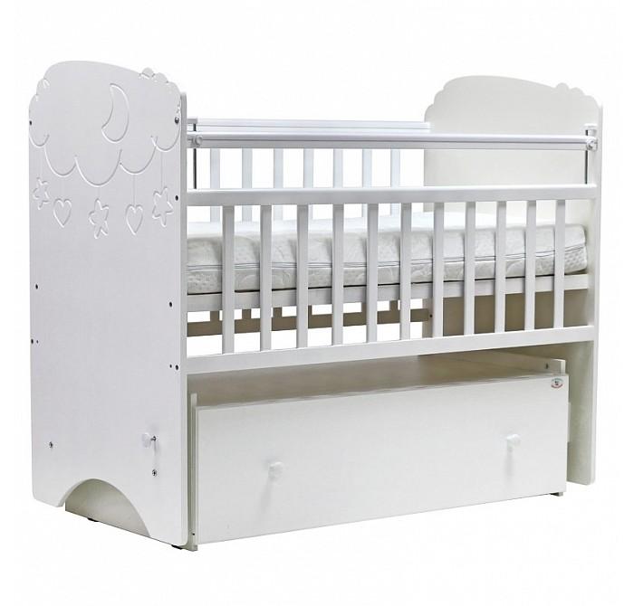 Детская кроватка Топотушки СофьяСофьяДетская кроватка Топотушки Софья изготовлена из МДФ плит и массива березы (обеспечивает высокую прочность и долговечность изделию). Обработана экологически чистым и безопасным для здоровья лаком. Закрытый объемный выдвижной ящик для удобства хранения детских вещей, постельных принадлежностей, памперсов или игрушек. Кровать оснащена маятниковым механизмом поперечного качания (эффект колыбельки).  Особенности:  Фиксатор маятника. 2 уровня ложа по высоте для изменения глубины кроватки в зависимости от возраста малыша. Боковая стенка регулируется в 2-х положениях при помощи автокнопки (для обеспечения доступа к малышу). Кровать трансформируется в диванчик, для этого необходимо снять переднюю боковую стенку. Отсутствие выступающих углов и неровностей, что обеспечивает безопасность для малыша. Защитные ПВХ накладки (грызунки).<br>