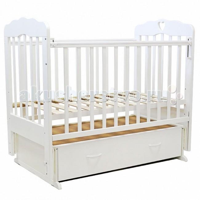 Детская кроватка Топотушки Виолетта-6 (поперечный маятник) с сердечкомВиолетта-6 (поперечный маятник) с сердечкомУдобная и функциональная детская кроватка «Виолетта-6» предназначена для новорожденных детей и используется до 4-5 лет. Изготовлена на современном оборудовании по итальянской технологии из натурального экологически чистого массива березы, что обеспечивает прочность и долговечность. Высокое качество отделки, сохраняющее природный рисунок дерева. Для окраски применяются лаки, не содержащие вредных для здоровья ребенка веществ. Украшают кроватку спинки оригинальной волнистой формы с декорированными цветами.  Эта модель оснащена маятниковым механизмом поперечного качания (эффект колыбельки). Маятник надежно фиксируется в заданном положении для дневного бодрствования или малышей постарше.  Функциональный объемный выдвижной ящик в нижней части кроватки позволит удобно разместить и хранить детские вещи, постельные принадлежности, памперсы, игрушки и другие предметы обихода, не занимая дополнительного места.   Ложе кроватки – реечное, соответствует требованиям безопасности и комфортно для детского позвоночника. В сочетании с матрасом дает возможность правильно сформировать спинку ребенка. Ложе имеет 3 положения высоты, Вы можете менять глубину кроватки в зависимости от возраста малыша, гарантируя его безопасное нахождение в ней: верхнее положение - для младенцев, среднее для деток которые уже начинают самостоятельно переворачиваться, и нижнее для малышей которые уже садятся и самостоятельно встают на ножки.  Боковая стенка опускается при помощи автокнопки, а когда кроха подрастет и научится самостоятельно вылезать из кроватки боковой бортик можно снять, таким образом, кроватка трансформируется в уютный диванчик.  Расстояния между прутьями кроватки рассчитаны так, чтобы не пролезла голова любопытного крохи и не застряла ручка – это обеспечивает малышу максимальную безопасность во время сна и бодрствования!  Верхние перекладины боковых бортиков защищены силиконовым