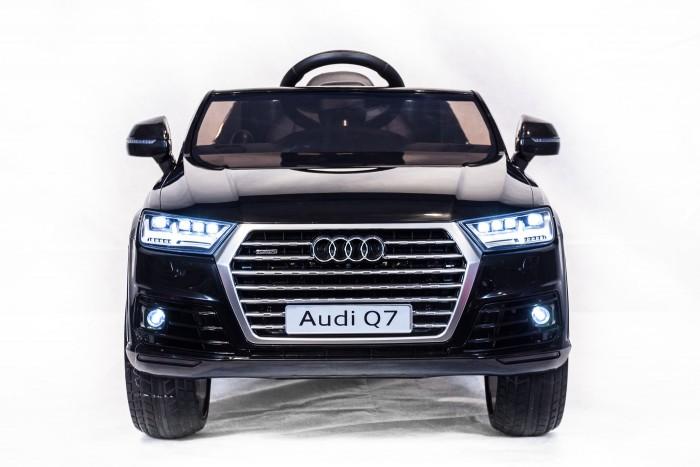 Электромобиль Toyland Audi Q7Audi Q7Электромобиль Toyland Audi Q7 предназначен для детей от 1 года до 8 лет. Стильный электромобиль максимально приближен к модели для взрослых по внешнему виду и качеству. Кресло обтянуто кожей, имеет ремень безопасности и спортивную форму.   Высокое лобовое стекло, отличаясь прочностью, выполняет функционал двойного назначения: практической защиты от попадания в салон вылетающих из-под колес мелких камушков и приближения облика электромобиля к настоящему, взрослому, авто. Яркие фары и восхитительная LED-подсветка предназначены для освещения дороги в темное время суток и украшения замечательного средства передвижения данной модификации. Пульт дистанционного управления поможет родителям контролировать направление движения и скорость юного водителя.<br>