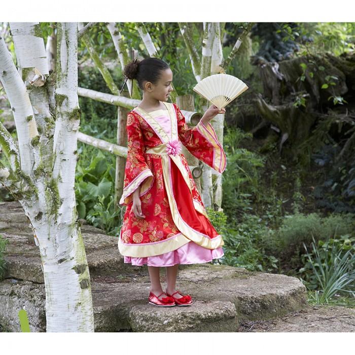Travis Designs Карнавальный костюм Восточная принцессаКарнавальные костюмы<br>Travis Designs Карнавальный костюм Восточная принцесса - костюм для новогоднего или любого другого детского праздника, театрального представления, веселого карнавала. Костюм отличает качественный материал, аккуратный пошив.  Восточное платье принцессы в красно-розовых тонах с золотой отделкой и мерцающим розовым лотосом на талии. На Вашей принцессе платье будет смотреться изысканно и утонченно.  Материал: полиэстер  Уход: Ручная стирка, максимальная температура стирки 30°С. Не отбеливать. Гладить запрещено.