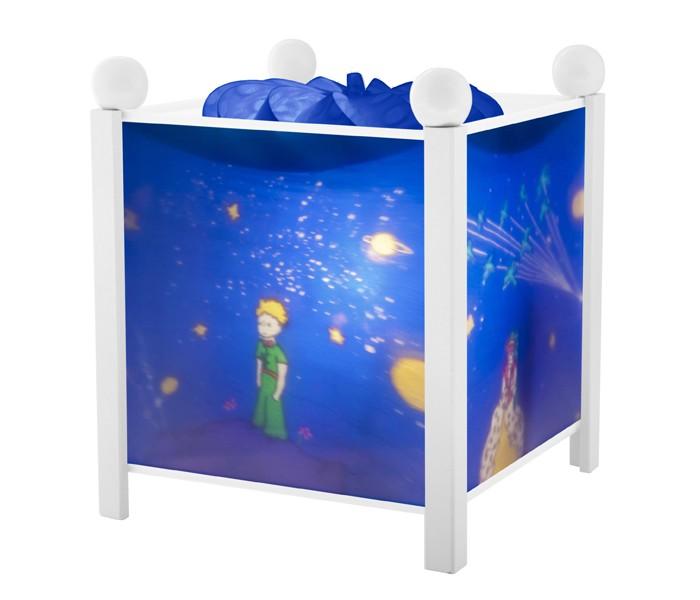 Trousselier Светильник-ночник в форме куба Little PrinceСветильник-ночник в форме куба Little PrinceВолшебный ночник Trousselier в форме куба Little Prince с маленьким принцем Экзюпери помогает малышам заснуть.  Мягко вращающаяся сцена успокаивающие воздействует на малыша, обеспечивая комфортное засыпание и спокойный сон.  Ночники Trousselier - идеальный аксессуар для детской комнаты. Нежный свет и красочные картинки создадут атмосферу уюта, успокоят и убаюкают кроху.  Характеристики: Классический ночник с вращающейся картинкой Цилиндр ночника вращается благодаря системе нагрева от лампочки 12 V 20 W, розетка E 14.C Размер: 17 см x 19 см  Материал: металлический корпус, деревянные ножки и углы, пластиковый, жароустойчивый цилиндр Поставляется в подарочной упаковке Соответствует нормам безопасности: CE EN 60598-2-10  Французский бренд Trousselier вот уже более 40 лет создает уникальные коллекции детских игрушек, товаров для дома и интерьера. Вся продукция изготовлена из натуральных материалов с соблюдением высоких европейских стандартов качества.<br>