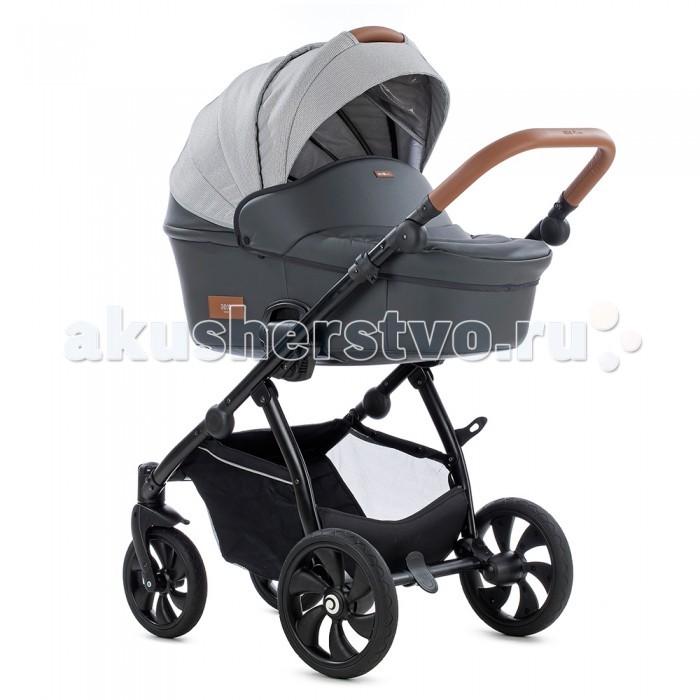 Коляска Tutis Aero 2 в 1 (кожа)Aero 2 в 1 (кожа)Коляска Tutis Aero 2 в 1 (кожа)— универсальная детская коляска, которая подарит комфортные прогулки в любое время года.   Большие силиконовые колеса, не требующие изнурительной накачки, инновационная система амортизации позволяют легко и мягко перемещать коляску по неровностям.  Люлька коляски 2 в 1 Tutis Aero  Неважно, в какое время года родился ваш малыш. Важно, что с вами в первые дни его жизни люлька Тутис Аэро. Абсолютно всепогодна, она универсальна и во внешнем виде. Очень стильно смотрится и для мальчиков, и для девочек. Легкая Tutis Aero отлично показала себя в качестве переноски. Функциональность позволяет также использовать ее как качалку. Очень просто крепится на шасси, мама может сделать это и без посторонней помощи. При конструировании люльки Tutis Aero были соблюдены важные требования: жесткое дно с вентиляционными отверстиями, высокие бортики, гипоаллергенность и гигиеничность материалов. Роскошный капор поднимется и опускается, оборудован смотровым окном и козырьком. Приятные мелочи: матрасик и накидка с отворотом. ARCEL™ — уникальная комбинация полимерных материалов, которая была синтезирована специально для производства люльки AERO TUTIS, с целью обеспечить ее исключительную легкость и прочность. Это самая легкая люлька, когда-либо созданная компанией, поскольку она весит всего 2,9 кг.  Коэффициент термического сопротивления новой люльки в 111 раз превышает коэффициент термического сопротивления обычной пластиковой люльки и гарантирует ребенку максимальный комфорт в любую погоду. Внутренние ткани хлопковые, что придает интерьеру коляски уютности. Нижняя часть матраса люльки сделана из натурального волокна кокосовой стружки. Его легко проветривать. Кроме того, предотвращается накопление бактерий. Это самая легкая люлька на рынке детских колясок. Капор люльки изготовлен из новой, непромокаемой ткани с уникальными свойствами. Прогулочный блок 2 в 1 Tutis Aero Со временем возникнет потребность пересадить 