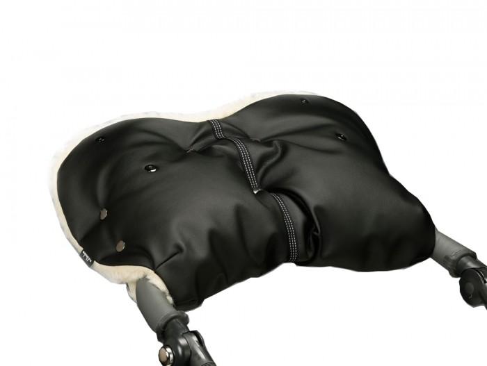 u.d.Linden Муфта для рук MerinoМуфта для рук MerinoМуфта для рук на коляску Экокожа u.d.Linden Merino самая большая и теплая муфта из представленных на рынке.  Особенности: Уникальная конструкция муфты u.d.Linden - отворотные меховые манжеты на магнитных кнопках, защита от попадания снега в муфту. У всех муфт для рук u.d.Linden 100% овечья шерсть австралийского мериноса. Дополнительные натуральные меховые накладки на ручку коляски (овчина - 100% шерсть). На каждой муфте светоотражающая стропа. Усиленные центральные кнопки не расстегиваются при засовывании рук в муфту. Регулируемый размер муфты под руки. Каждая муфта упакована в отдельную коробку. Если вы достали руку из муфты, достаточно просто отстегнуть магнитную кнопку на манжете и можно не беспокоиться, что в муфту попадет снег, так как отворотная манжета будет закрывать вход в муфту от снега и ледяного ветра. Благодаря уникальной конструкции муфты для рук u.d.Linden, мех внутри всегда будет сухим и теплым, а дополнительные меховые накладки не позволят металлической ледяной ручке коляски выстуживать муфту изнутри. Элегантный стиль, удобство и немецкое качество создадут Вам дополнительное настроение при прогулке с коляской по морозной погоде, не говоря про то, что ваши руки будут в тепле и комфорте и Вам не понадобится надевать по двое...трое варежек. Приятных прогулок с u.d.Linden!<br>