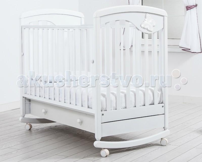 Детская кроватка Гандылян Джулия Бабочка качалкаДетские кроватки<br>Детская кроватка Гандылян Джулия Бабочка качалка  Массивные формы и идеальная обработка придают кроватке шикарный вид. Кроватка изготовлена по последним мировым стандартам, которые предусматривают полную безопасность ребенка. Колеса позволяют с легкостью передвигать кроватку по комнате, а благодаря запатентованному механизму опускаемой боковины вы без труда уложите малыша.  Особенности: опускаемая боковина,  два уровня ложа по высоте, выдвижной ящик для белья, блокировка колес, силиконовые накладки. Кровати, выпущенные с 2017 года не имеют съемную стенку.